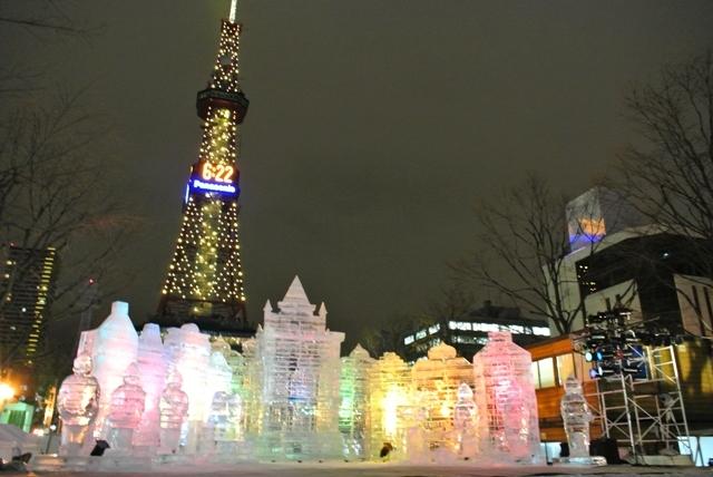 氷の像とテレビ塔.jpg